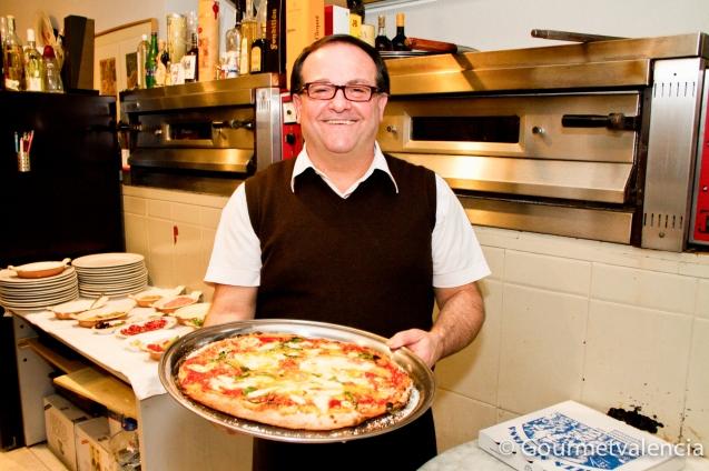 Carlo con su pizza napolitana