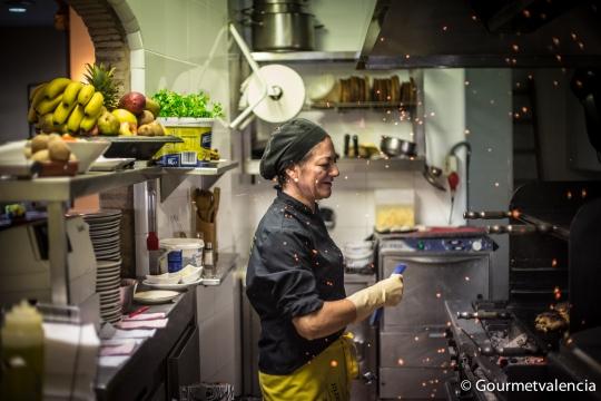 Cocinando en la Arepera Canaria