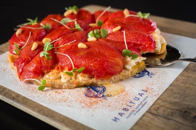 Tarta templada de tomate pera confitado y mozzarella de búfala