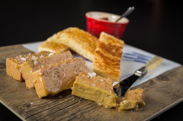 Terrina de foie en escabeche, tomate confitado y pan de brioche